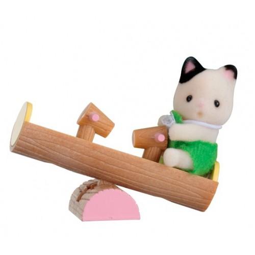 Le chat sur son jeu de parc